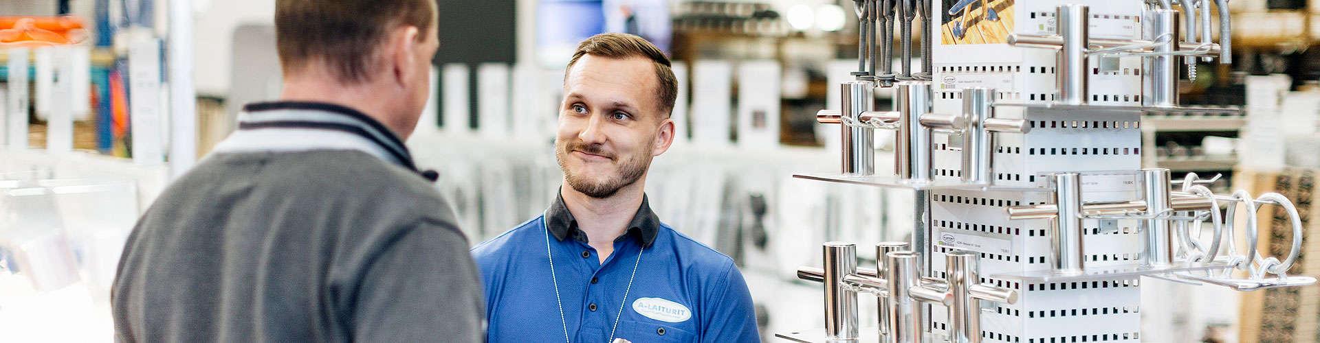 A-laiturit myymälä sisältä, myymäläpäälikkö Olli Kinos