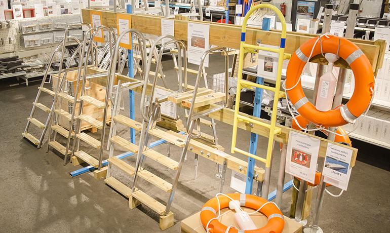 Uimaportaat A-Laitureiden Raision laituritavaratalossa