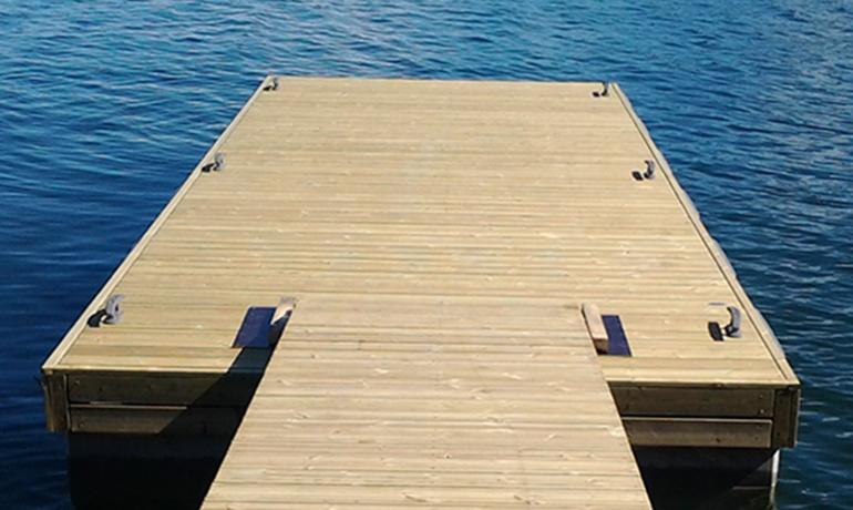 Laiturin kansimateriaalin valinta: miellyttävää puuta vai pitkäikäistä betonia?